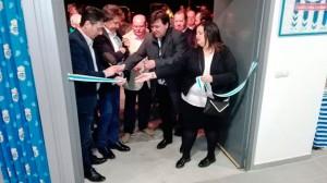 Un momento del protocolario corte de la cinta en la inauguración de la sede de la peña El Milenio. / Foto: @FdP_RCRH.