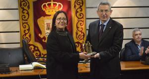 La alcaldesa de Punta Umbría, Aurora Águedo, entrega un presente al directivo del Fútbol Club Barcelona, Pau Vilanova.