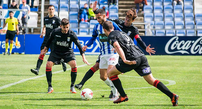 El Recre quiere olvidar el partido ante el Melilla y recuperar el buen tono ganando en Murcia. / Foto: Pablo Sayago.