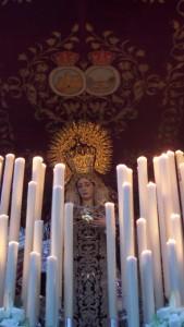 La Virgen ha procesionado con el hábito isabelino.