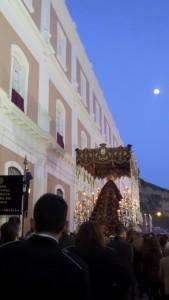 Tras la Virgen camina la Banda Municipal Nuestra Señora del Rosario.
