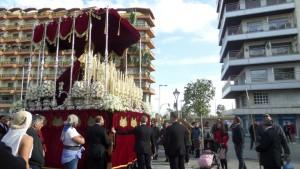 Los costaleros han girado a la Virgen a su paso por el monumento a la Blanca Paloma.