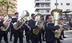 La Banda de Música Nuestra Señora de la Cinta de Huelva acompaña a la Virgen de la Caridad.