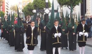 Tres libreas abren el cortejo de la Hermandad de la Soledad.