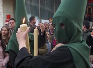 El  hábito de estos nazarenos recuerdan al de la antigua procesión de la Virgen de los Dolores de la Vera+Cruz.
