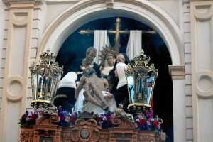 El paso de misterio, durante su salida desde la Parroquia de la Purísima Concepción.