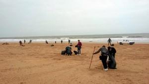 Ciudadanos voluntarios realizando batidas de limpieza en la playa de Punta Umbría.
