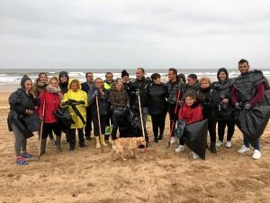 Varios ciudadanos implicados en la tarea de limpieza de la playa.