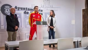 Un momento de la presentación del partido internacional de tenis de mesa, España-Suecia, que se celebra este martes en el Andrés Estrada.