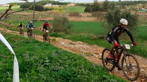Más de 460 corredores se dieron cita en Aljaraque pese a las malas condiciones climatológicas.