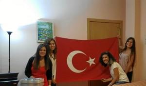 Gracias a las becas de la Fundación Atlantic Copper pudo hacer un máster en Turquía, donde hizo grandes amistades. / En la imagen, con sus mejores amigas turcas en Huelva.