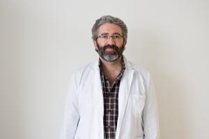 José Manuel García Almeida es un médico onubense que trabaja en Málaga. / Foto: Quirón Salud.