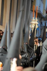 Los nazarenos comienzan su estación de penitencia desde el Colegio de las Agustinas, pasando a recoger a sus titulares por la Iglesia.