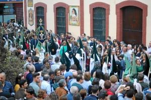 - Multitud de personas se aglutinan cada año en torno a la procesión de esta reconocida cofradía.