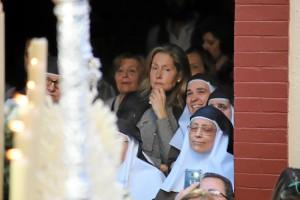 Las hermanitas de la cruz cantan a Nuestra Señora de la Esperanza Coronada.