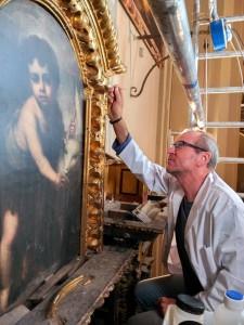 Jesús Mendoza, trabajando en una de sus restauraciones.