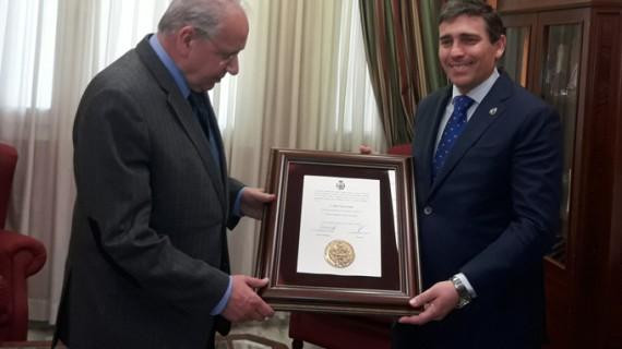 Alfonso Guerra recibe la Medalla de Oro del Colegio de Ingenieros Técnicos Industriales de Huelva