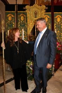 La nueva presidenta de la Hermandad de San Isidro de Cartaya con el alcalde de la localidad.