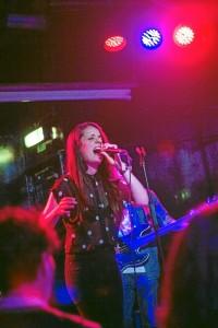 Durante su primer año en Reino Unido, mientras trabajaba como enfermera cantaba por las noches en un bar.