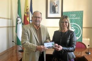 La alcaldesa, Rocío Cárdenas, ha entregado la pluma de honor al pregonero de las fiestas patronales 2018 Francisco de Asís Orta Bonilla.