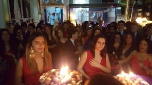 Las cumpleañeras ante sus respectivas tartas y velas.