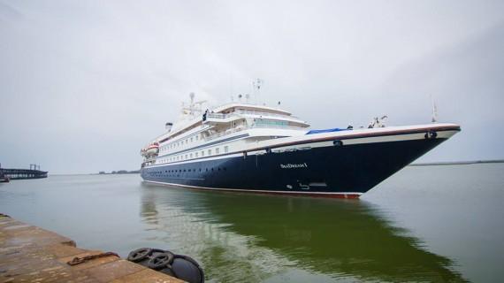 Los visitantes del buque de cruceros 'Seadream1' disfrutan de una jornada turística en Huelva