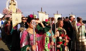 Autoridades anteceden a la Virgen de Piedras Albas.