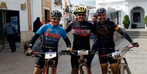 Los tres primeros clasificados en la prueba ciclista celebrada en Cartaya. / Foto: Federación Andaluza de Ciclismo.