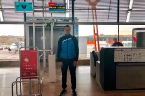 Antonio Bendala, a punto de embarcar para Milán, donde 'debuta' en la 'Ruta del Rey de Europa'.