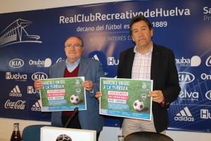 Juan Manuel Díaz Cabrera y Manolo Zambrano sostienen el cartel de la iniciativa.