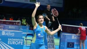 Una feliz Carolina saluda a su público tras ganar el partido de los cuartos de final. / Foto: Mark Phelan/Badminton Europe.