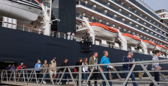 El buque de cruceros 'Harmony G' recala por primera vez en el Muelle de Levante