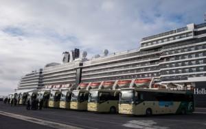 Una flota de autobuses a la espera para los desplazamientos.