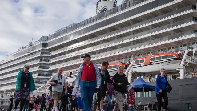 El impresionante 'Holland América' atraca en Huelva con más de 1.700 pasajeros