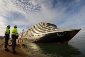 El Holland América es uno de los buques de esta clase de mayores dimensiones que ha recalado en Huelva.