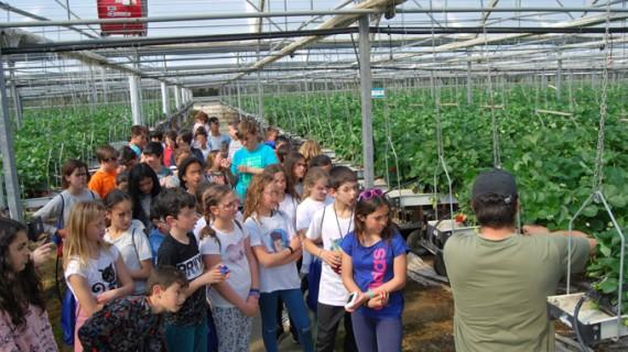 Alumnos de El Faro de Mazagón visitan la balsa general de la Comunidad de Regantes
