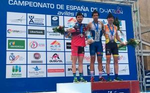 Podio del Campeonato de España de duatlón, con Emilio Martín en el primer puesto, flanqueado por Antonio Benito, segundo; y Cristobal García, tercero. / Foto: @TRIATLONSP.