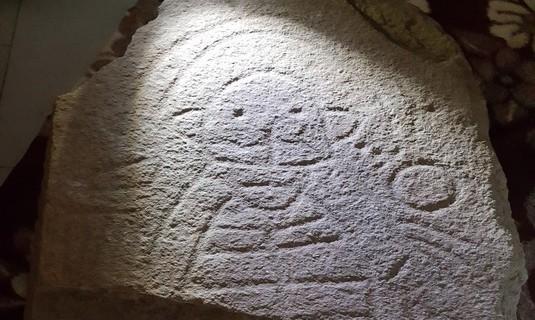 Aparece en Cañaveral de León la primera estela de la Edad del Bronce de la provincia con más de 4.000 años de antigüedad