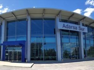 as amplias instalaciones de Adarsa Sur, concesionario oficial Mercedes Benz, se encuentran el el Parque Empresarial de Huelva.