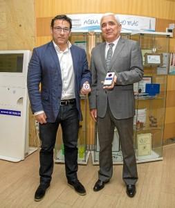 Alejandro Fernández y Francisco José Abad muestran la baliza inteligente y la APP que permite la visita audio guiada.
