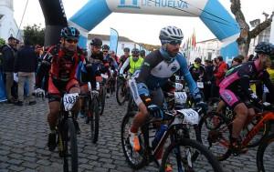 Momento de la salida de la VI Huelva Extrema en Higuera de la Sierra, y en la que han participado 1.500 ciclistas.