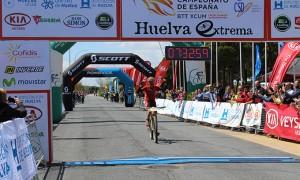 Momento de la llegada a la meta del ganador José Márquez.