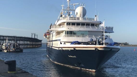 El buque de cruceros Seadream II llega al Muelle de Levante con 64 pasajeros