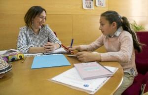 Alicia Narciso, concejala de Políticas Sociales e Igualdad del Ayuntamiento de Huelva, en una reunión con la alcaldesa infantil, Marina González, del Colegio Molière.