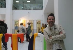 El artista con en la sede de la muestra. / Foto: E.Fidalgo