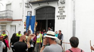Postrados ante la Hermandad el Rocío de Moguer, su hermandad madrina.