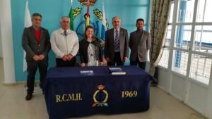 La nombrada Pregonera con miembros de la Junta Directiva del Real Club Marítimo.