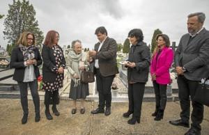 Se han depositado flores en la tumba y Gabriel Cruz ha entregado a la alcaldesa y a Naylor el acta de defunción del supuesto comandante inglés.