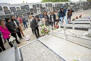 Isabel Naylor, siguiendo la tradición de su padre, ha llevado flores a la tumba 'del hombre que nunca existió' durante 68 años.