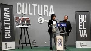 La concejal Elena Tobar y el cantaor Jeromo Segura. / Foto: Jesús Bellerín.